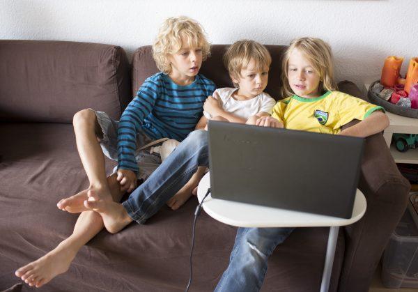 3, 6 und 8 Jahre alte Jungs mit einem Laptop
